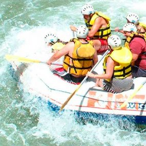 Gruppe beim Wildwasserfahren