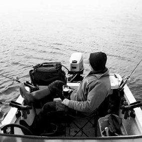 Angler auf einem Boot mit mehreren Angelruten